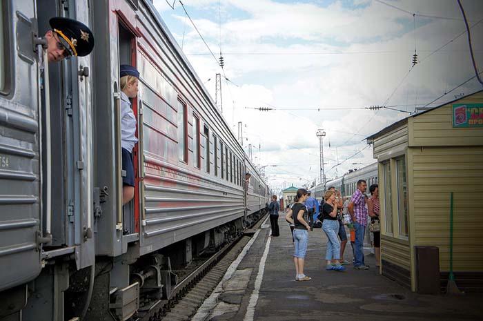 Transsib Zug im Bahnsteig
