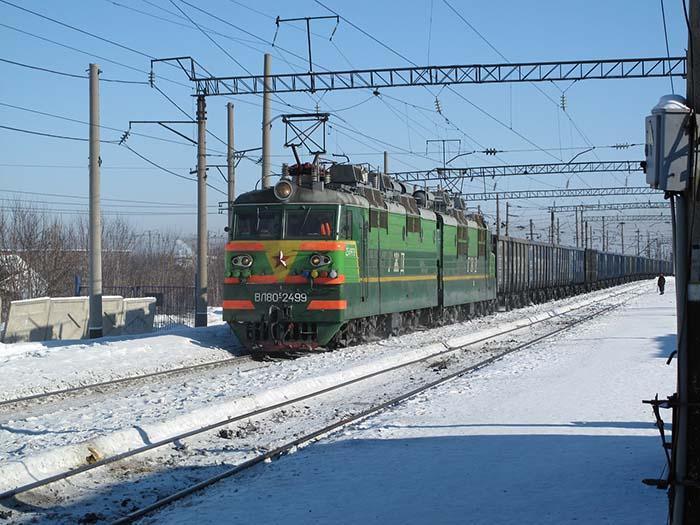 Grüner Zug im Schnee