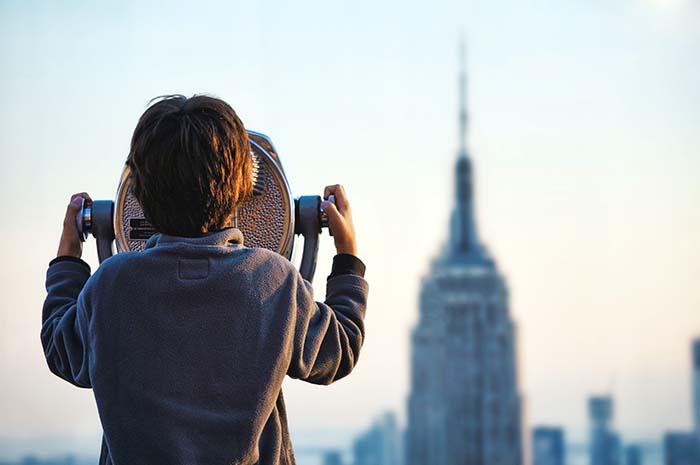 Kind guckt sich das Empire State Building an