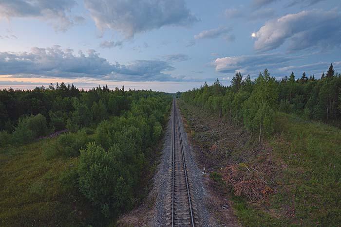 Bahnstrecke in grüner Landschaft