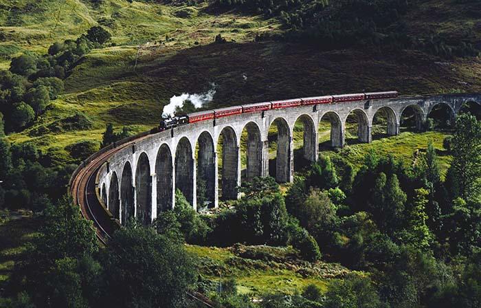 Schottland Zug über Viadukt