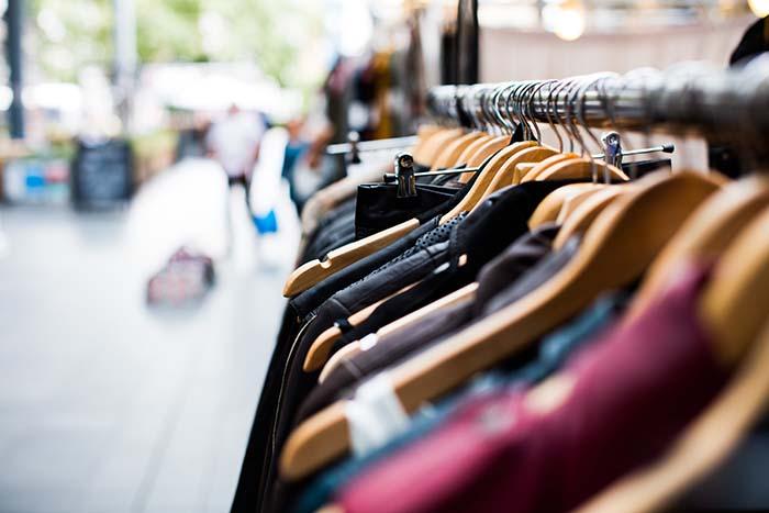 Auf Londons Märkten kannst du stundenlang nach lässiger Vintage-Kleidung stöbern