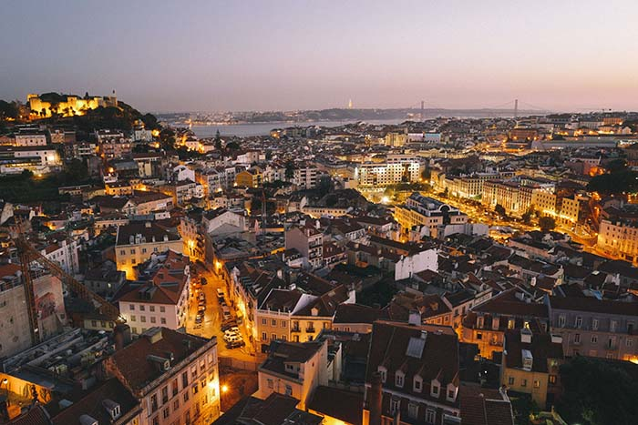 Blick über die Dächer von Lissabon im Abendlicht