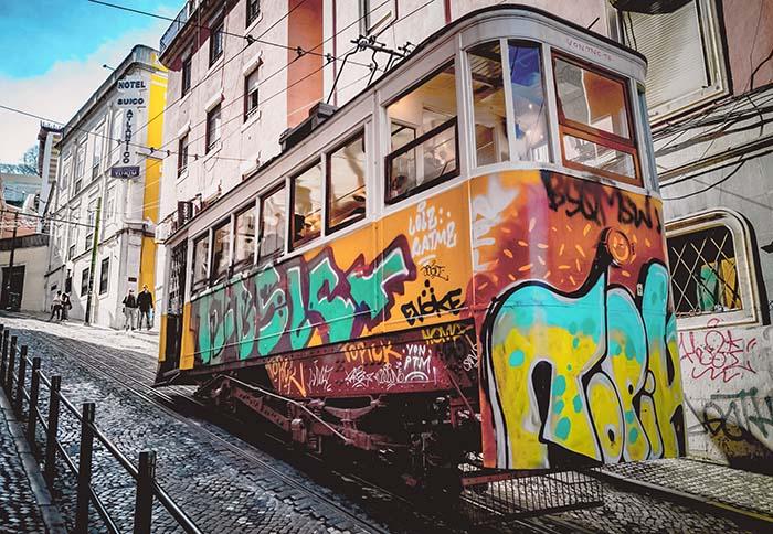 Lissabon Tram mit Graffiti