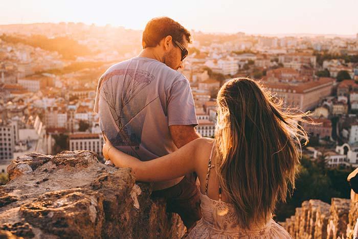 Pärchen mit Blick über Lissabon