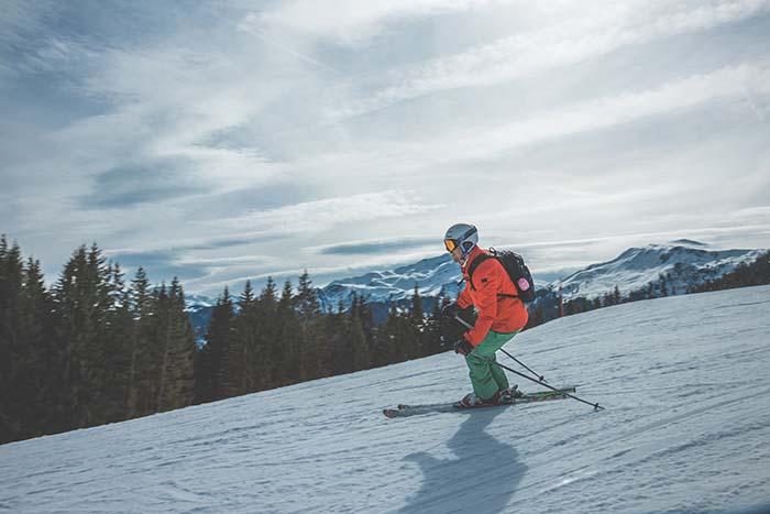 Skifahrer im Sonnenschein bei einer Abfahrt