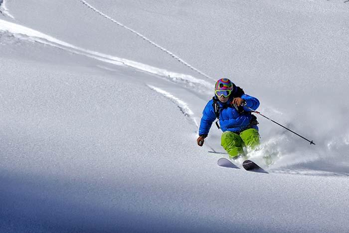 Skifahrer auf einer steilen Abfahrt