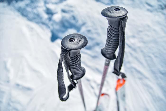 Skistöcke im Schnee