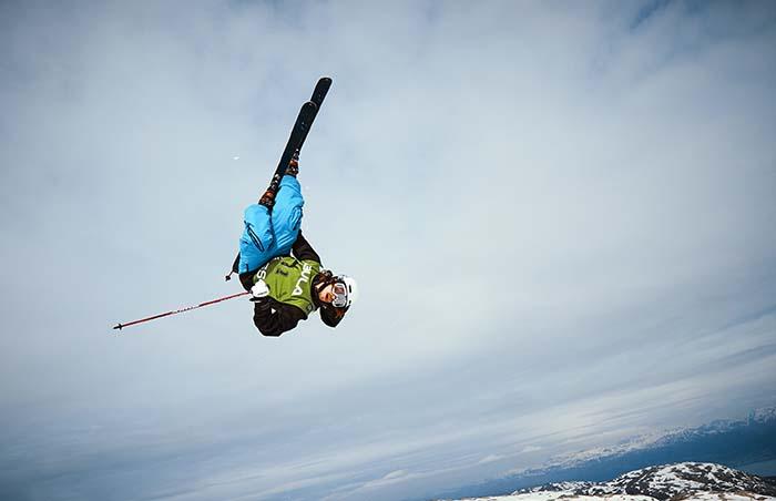 Skifahrer macht einen Salto in der Luft