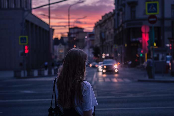 Frau auf einer Strasse in Russland