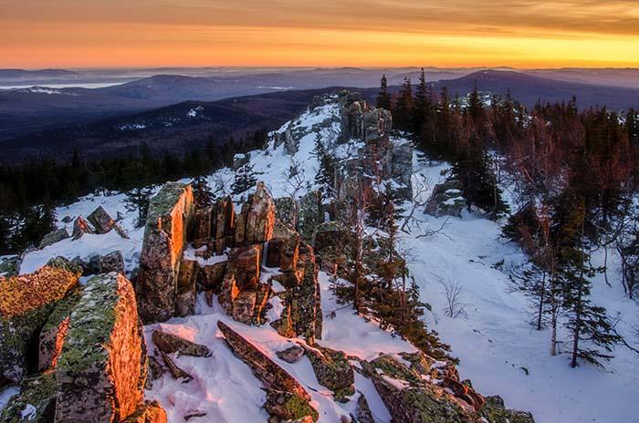 Schneebedeckte Berggipfel in Russland