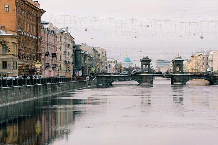 Brücke und Fluss in Sankt Petersburg