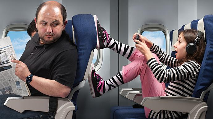 Kind tritt in Flugzeug gegen Rückenlehne