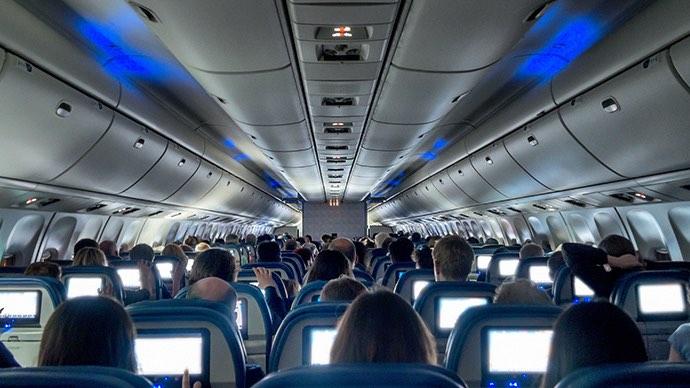 Beleuchtete Bildschirme stören beim Schlafen im Flugzeug
