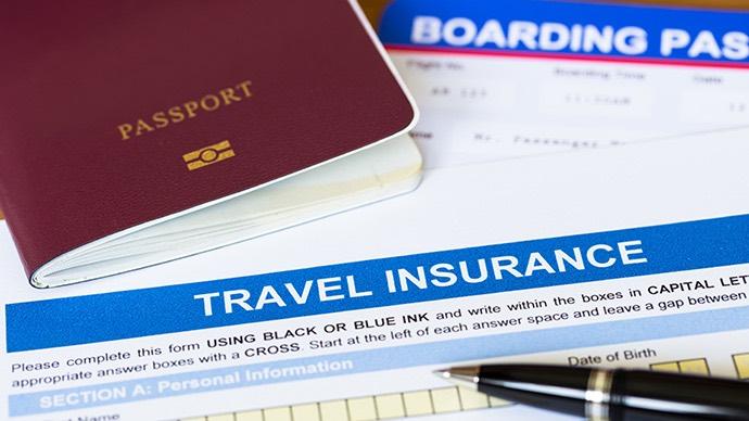 Reiseversicherung und Reisepass trocken und sicher aufbewahren