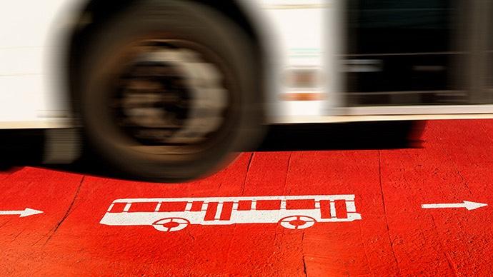 Bus 46 fährt vom Flughafen Barcelona in die Stadt