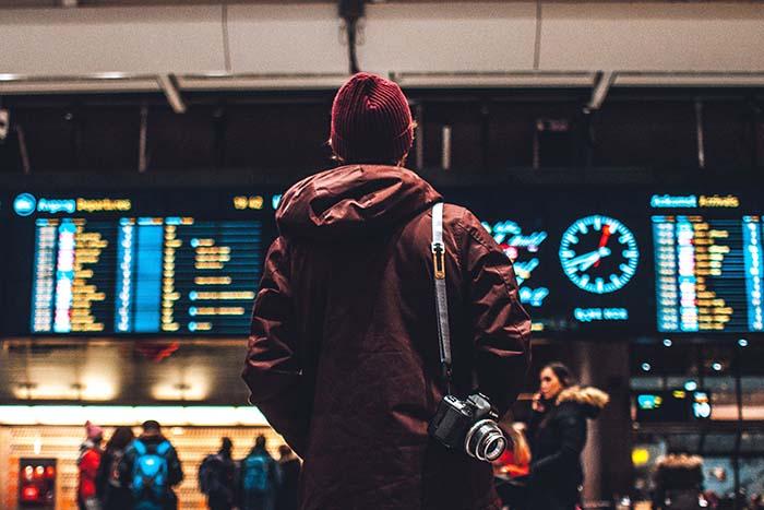 Person am Flughafen