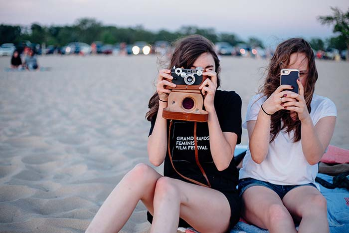 Mädchen am Strand mit Kamera